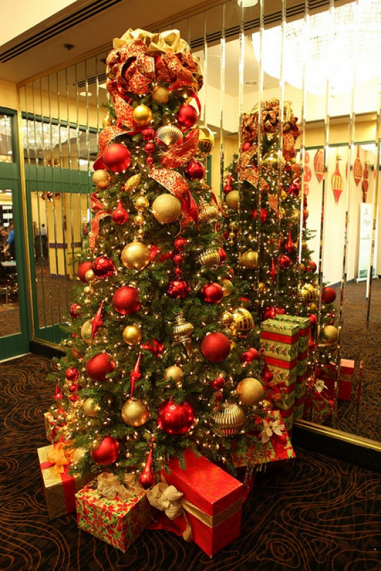 gold-and-red-christmas-tree-decorating-ideas-2xrkvxtijzinjjdjoo816o