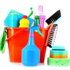 Higienize. Organizar é limpar de várias maneiras, por exemplo, com os objetos em ordem o espaço fica visualmente limpo. Mas também deve estar fisicamente limpo, os objetos e roupas a serem organizados devem estar lavados ou sem pó. Aqui não estamos falando de faxina, um pano com produto de limpeza já serve.